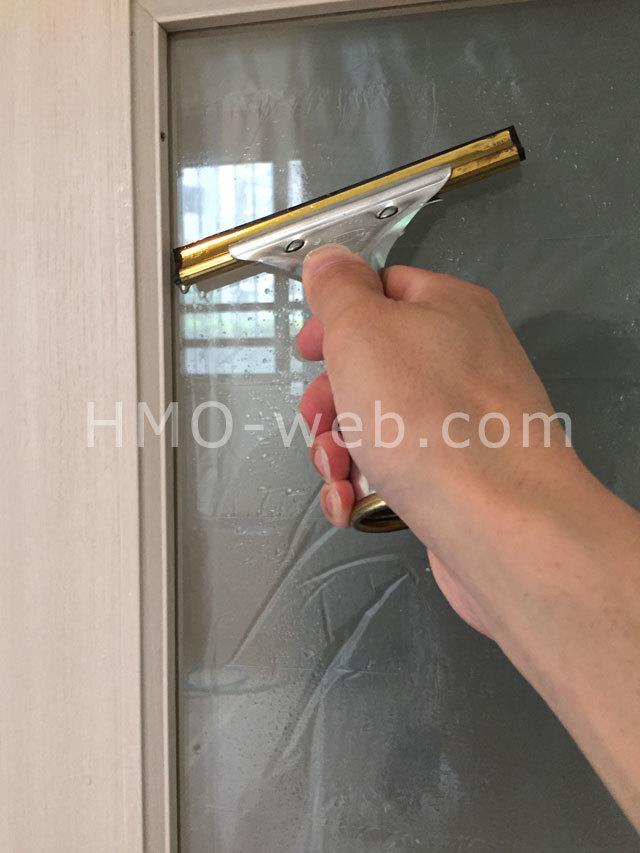 スクイジーを使用してガラス清掃仕上げ