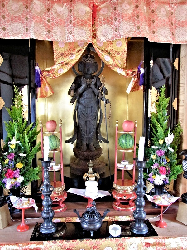 内部が金色のお厨子に祀られている橘堂・観音像
