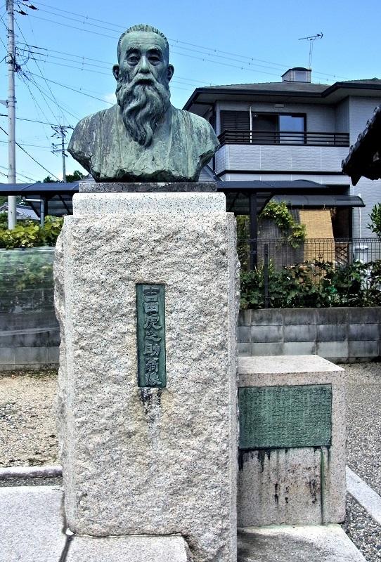 橘堂のお堂の敷地に建てられている「吉田虎之助翁銅像」