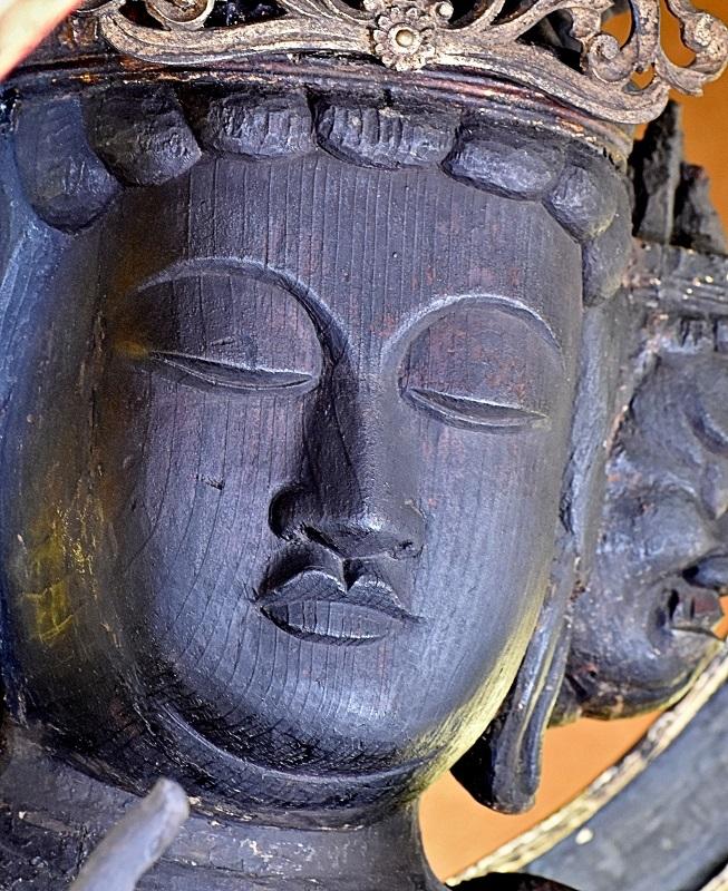 面部が別材矧ぎとなっている観音像の顔~右目の目尻から首の三道にかけて矧ぎ目の線が見える
