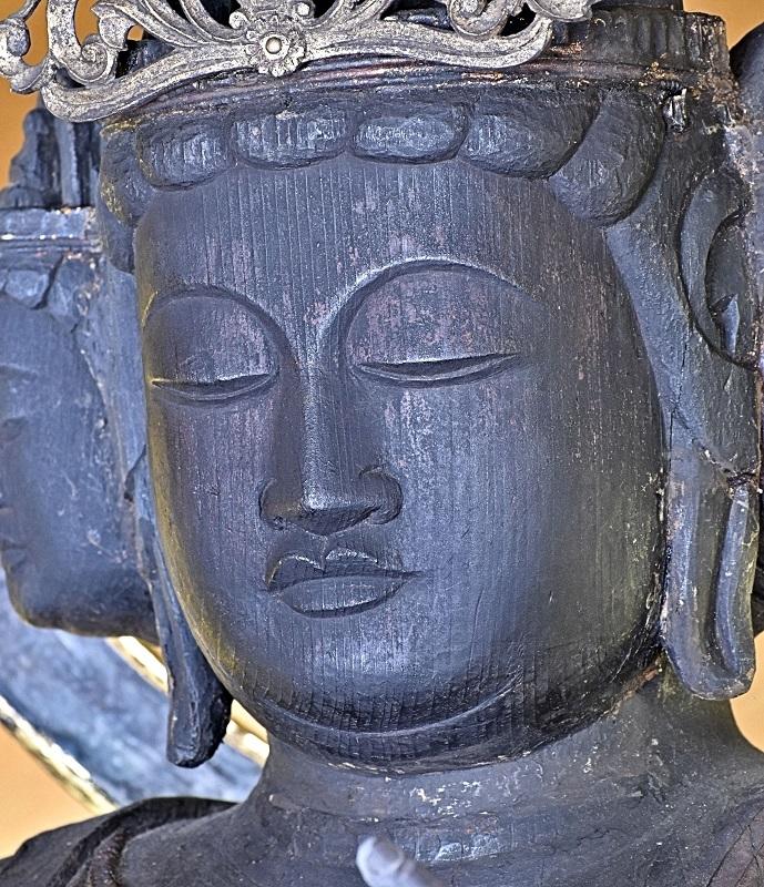 面部が別材矧ぎとなっている観音像の顔~左耳の付け根から首の三道にかけて矧ぎ目の線が見える