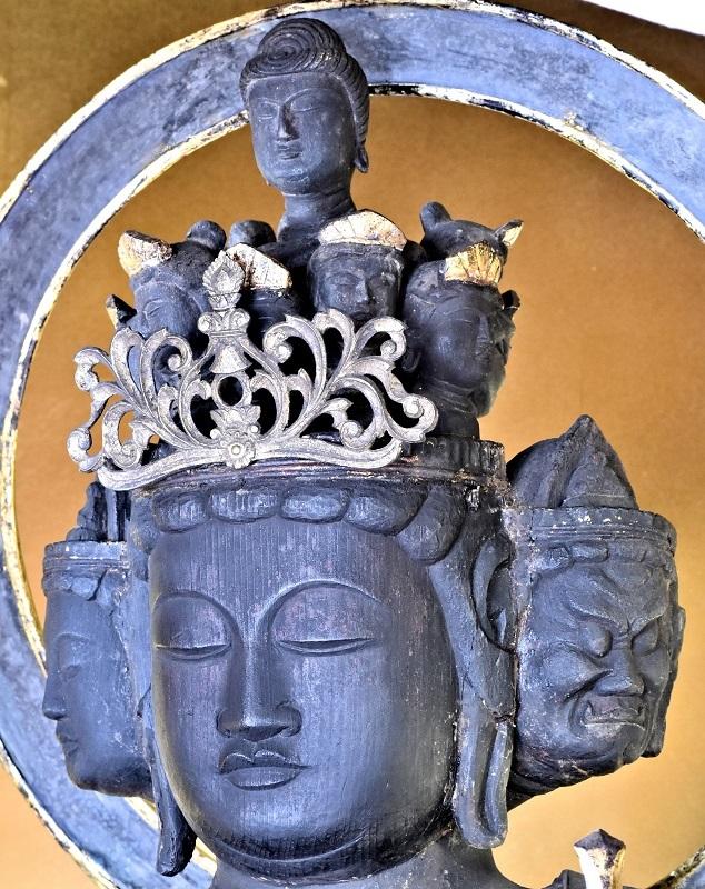 作風の違う観音像の頂上仏面と本面~本面は古く、頭頂仏面は江戸の補作?
