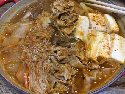 キムチ鍋の素とお肉を入れて煮えたら完成