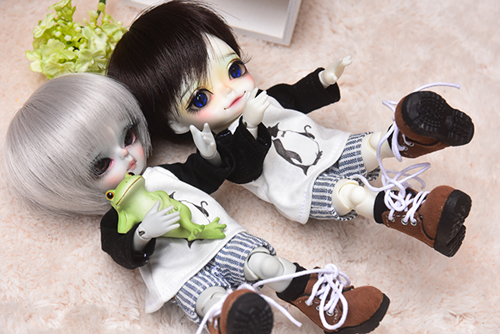 WITHDOLL、Happy Ending Story - Wolf Rudyのルディと、WITHDOLL、Halloween Limited Edition / Black Cat / Butler Pookyのキオ。ルディがカエルくんとゴロゴロしていたら、キオがボーンと隣にダイブしてきた。
