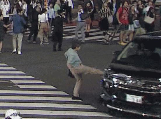 スクランブル交差点 渋谷 暴走車 キック