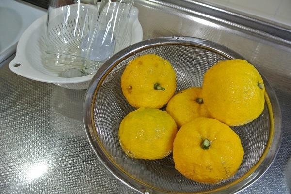 柚子を洗う