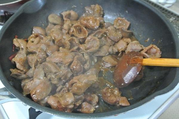 鶏レバーと砂肝のソース煮6