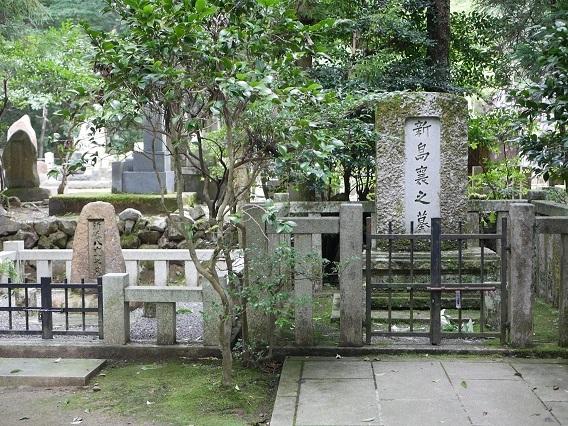 新島襄(右)と八重(左)の墓
