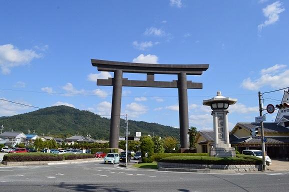 三輪山(神体山)と大鳥居