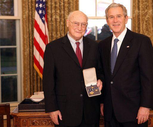 ジョージ・W・ブッシュより大統領市民勲章を授与されるアンドリュー・マーシャル(2008年12月10日)