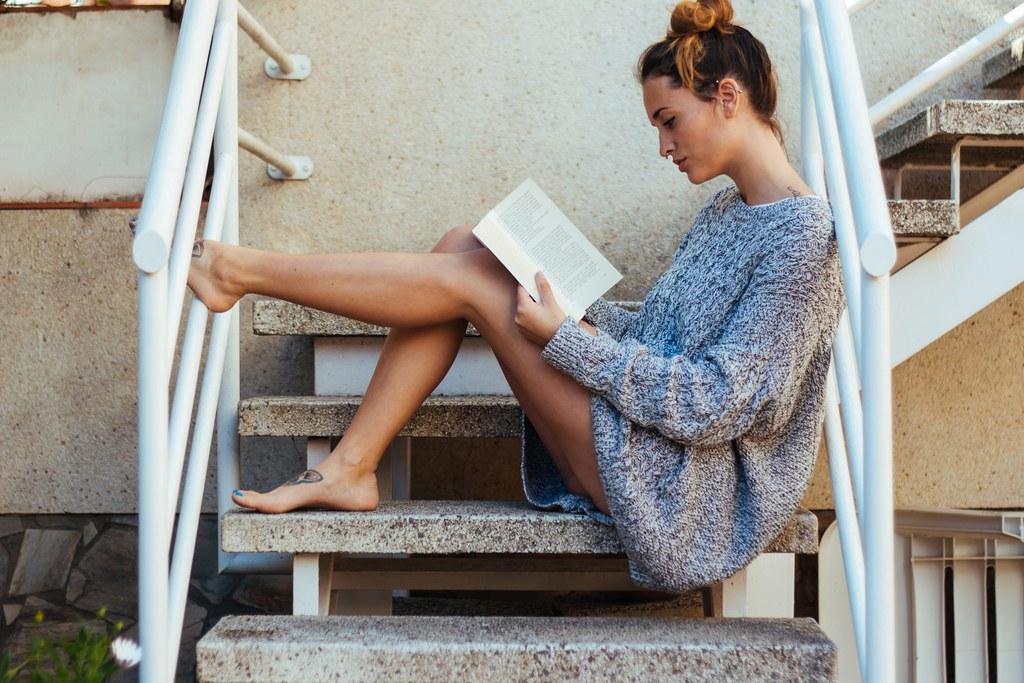 読書 女性 外人 4