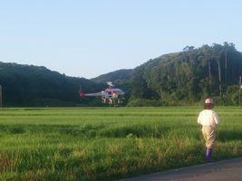 【写真】リモコンヘリによる農薬散布作業の様子