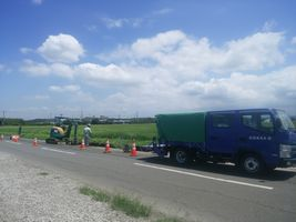 【写真】農園前の道路の側溝工事をしている様子