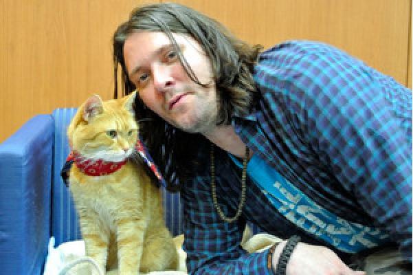 「猫の恩返し」で人生を救われた ジェームズ・ボーエンさん