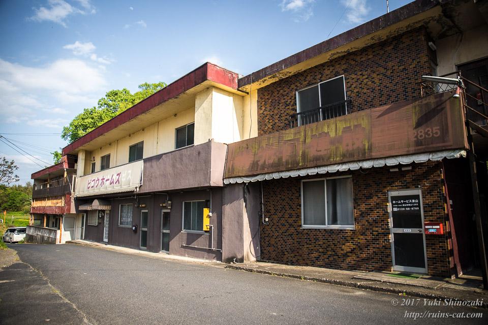 常盤寮の脇の古ぼけた建物群