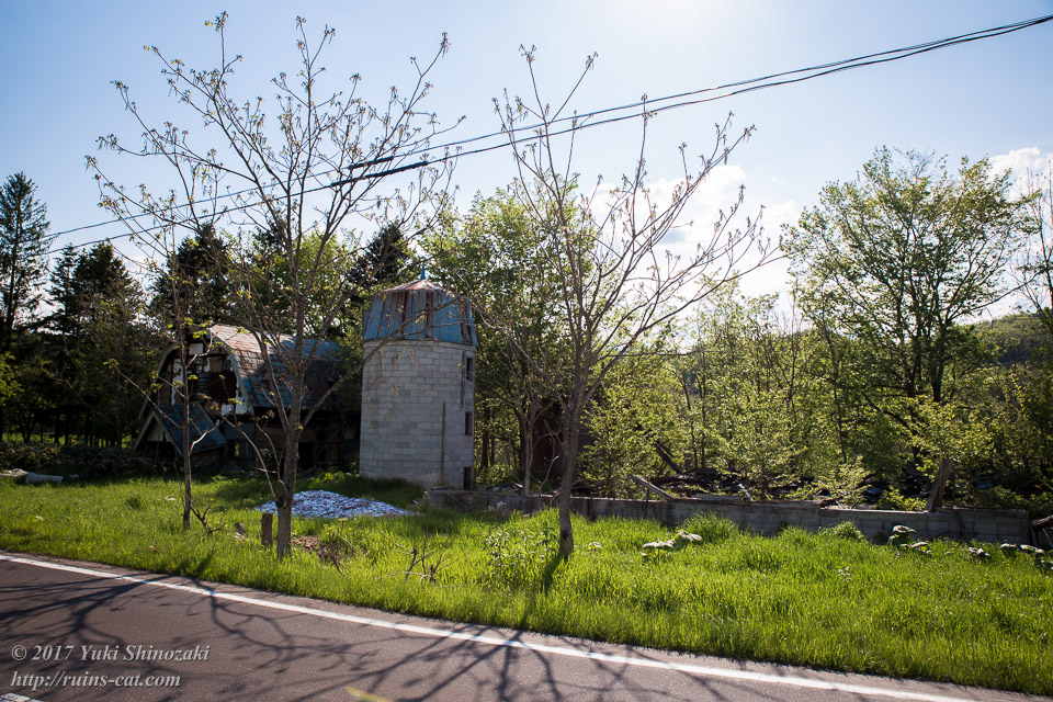 【廃墟写真】西興部村上藻のサイロ付き住宅跡_全体の外観