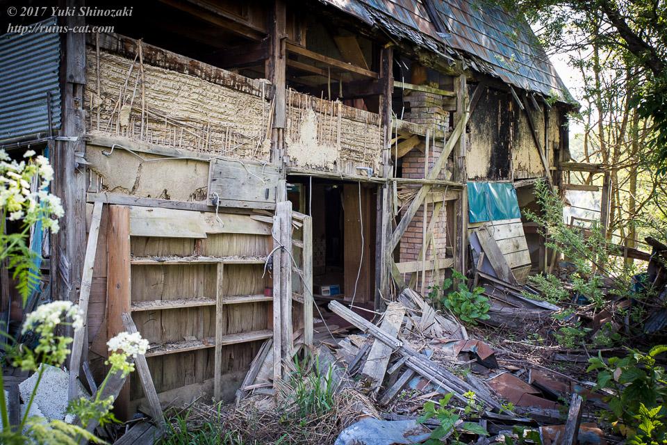 【廃墟写真】西興部村上藻のサイロ付き住宅跡_母屋の大穴