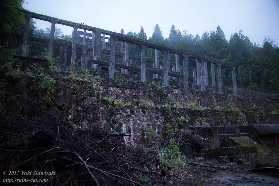紀州鉱山(紀和鉱山)_コンクリート柱群を望む