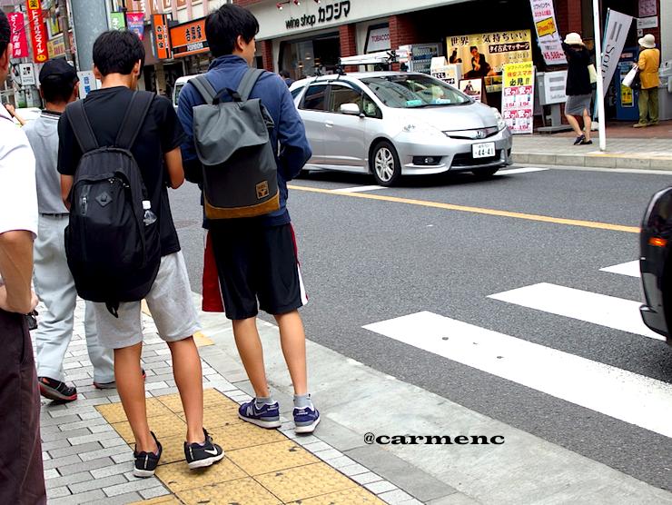 横断歩道高校生