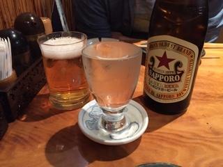 瓶ビール(サッポロラガー赤星 中瓶)と日本酒