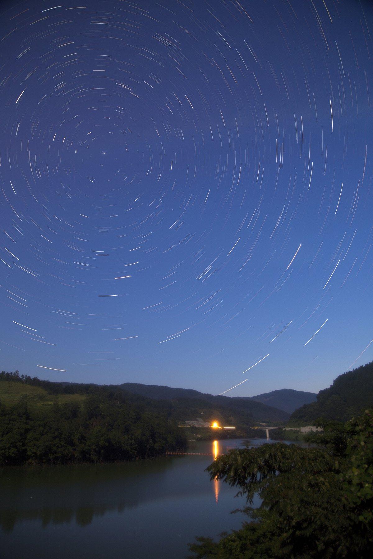 【星景】満月期のダム湖(北天)