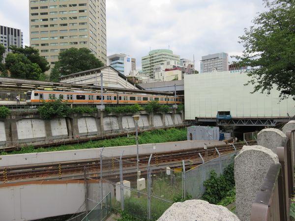 聖橋より東京寄りでも斜面の補強が行われた。