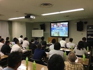 参加者全員が熱心にDVDを見ました。