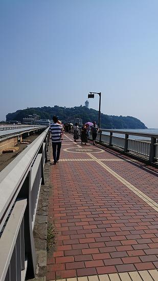 江ノ島へ橋を渡る