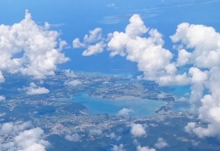 屋我地島、雲の中に古宇利島