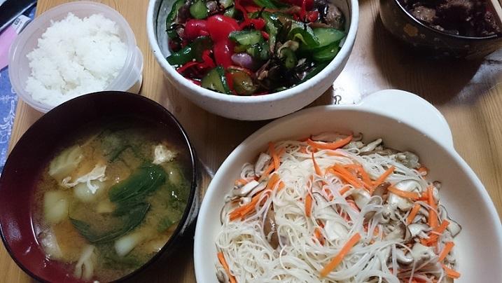 白飯、落し玉子入り青梗菜の味噌汁、やたら漬け、ソーミンタシヤー