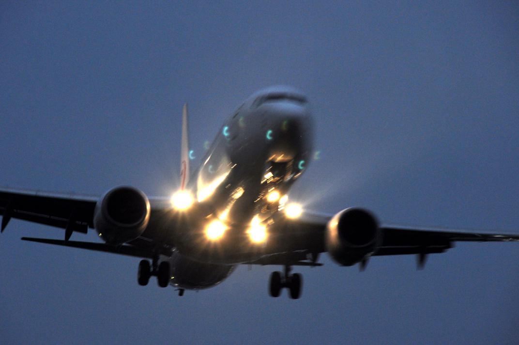 ⑨点灯して着陸態勢に入る飛行機