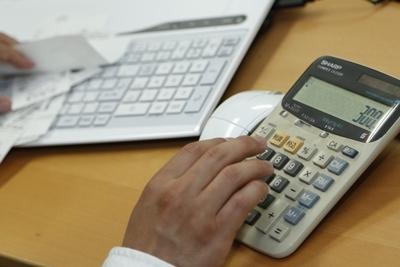 電卓をたたく公認会計士のイメージ