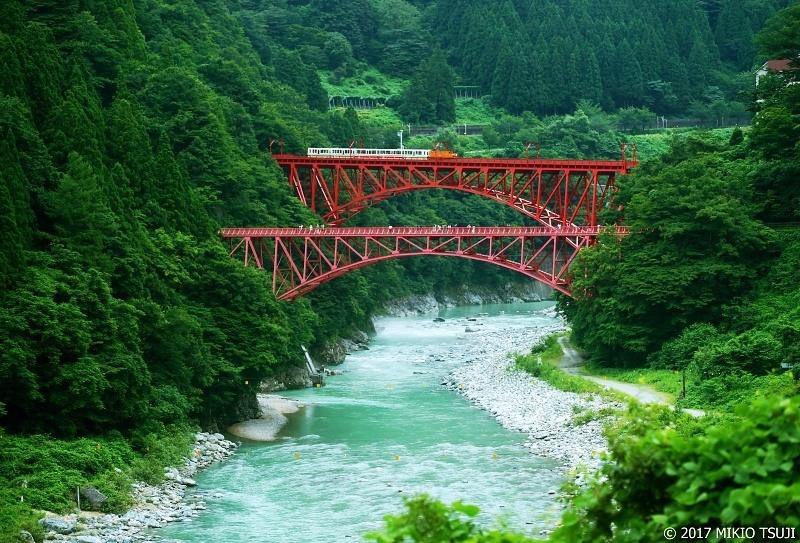 絶景探しの旅 - 0327 黒部川に架かる新山彦橋を渡るトロッコ電車 (富山県 黒部市)